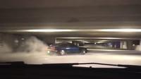Řidič staršího Nissanu se prodriftoval celými parkovacími garážemi až k výjezdu
