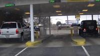 Výběr peněz z bankomatu skončil těžko pochopitelnou nehodou