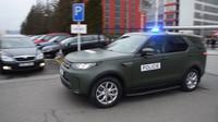 Policejní kolona s novými vozy Land rover Discovery vyráží na misi do Srbska a Makedonie