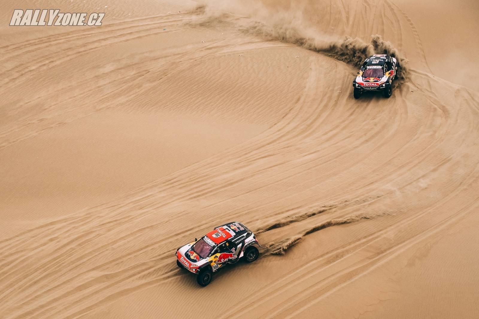 Peugeoty v dunách letošního Dakaru