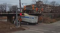 Řidič náklaďáku podcenil výšku svého vozu