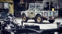 Jeden ze tří prvních vyrobených vozů Land Rover Defender z roku 1948