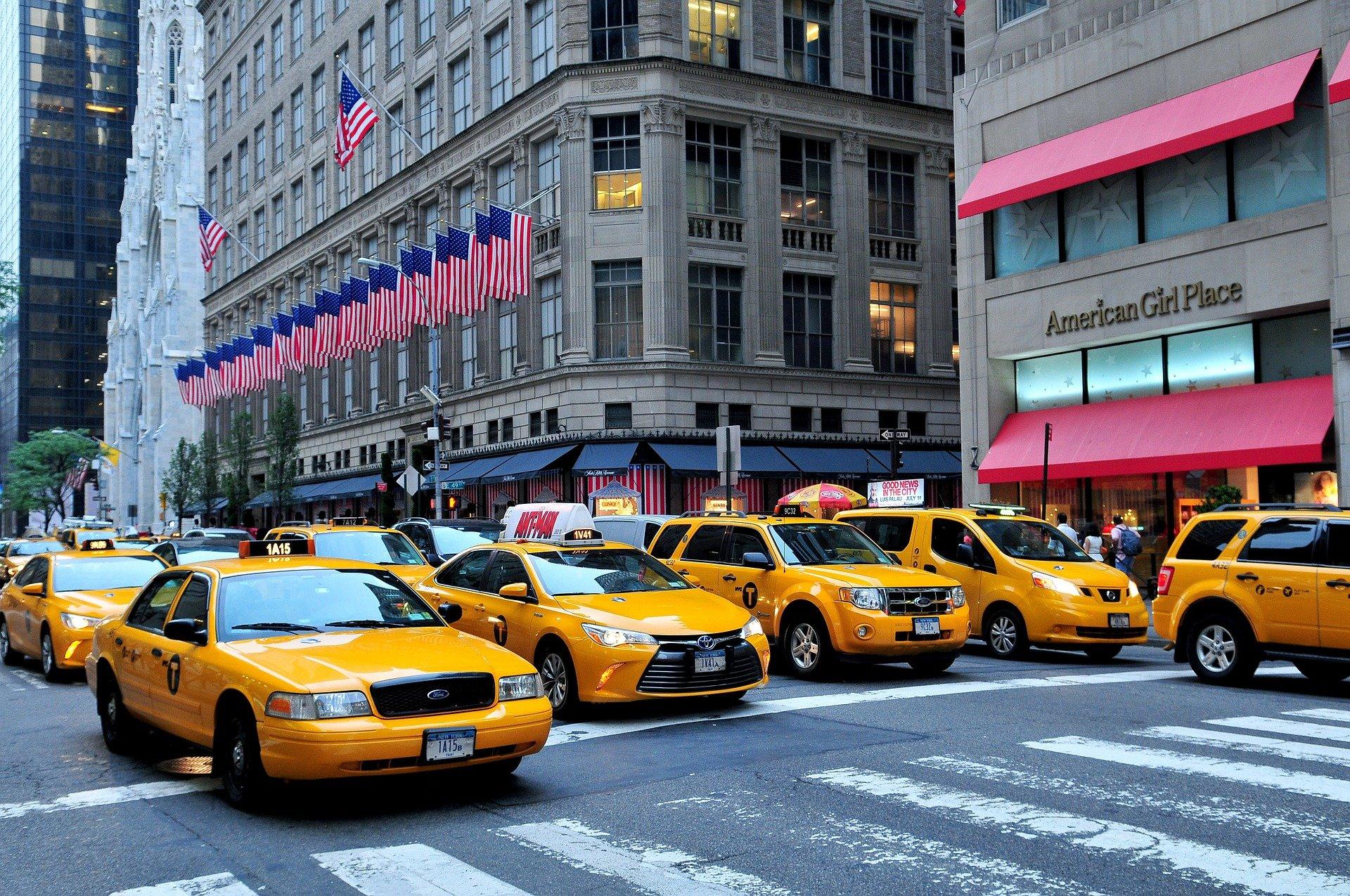 Pohled do ulic New Yorku, žluté vozy Ford Crown Victoria taxi jsou téměř na každém rohu