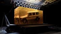 První generace SUV Mercedes-Benz třídy G v obří kostce průmyslové pryskyřice