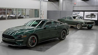 Nový Ford Mustang Bullitt (na pozadí původní filmové auto, které řídil Steve McQueen)