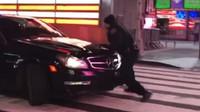 Večerní zábava v New Yorku se nečekaně zvrtla, po řidiči luxusního Mercedesu teď pátrají všichni policisté - anotační foto