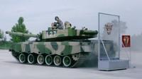 VIDEO: Čínský voják bravůrně ovládá svůj tank - anotační foto