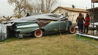 Místo zrenovovaného veterána má teď majitelka Chevroletu Impala jen jeho torzo na dvorku a přístřešek plný dílů