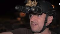Redaktor dostal od vojáků helmu s brýlemi pro noční vidění