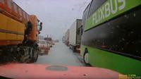 Jihomoravští hasiči zveřejnili záběry ze svých palubních kamer, kvůli absenci záchranné uličky jeli na místo zásahu krokem