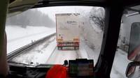 Vážné nehody v zimních měsících znovu poukázaly na neschopnost řidičů vytvářet záchranářské uličky včas a správně