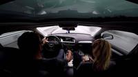 Děsivě vypadající situace na dálnici při rychlosti 144 km/h. Posádka může být vděčná za rychlé reakce řidiče