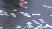 Dálnici uzavřela neobvyklá nehoda, policisté hodinu sbírali rozházené bankovky (zdroj: Facebook/CNN)