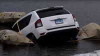 Navigace Waze poslala řidiče Jeepu doprostřed zamrzlého jezera (Youtube/USAToday)