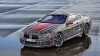BMW 8 Coupé během testů na závodním okruhu