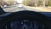 Tesla vs. zatáčka smrti? Odvážný řidič svěřil život do rukou Autopilota
