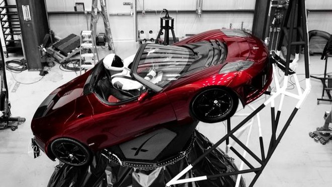 Tesla Roadster připravený ke startu do vesmíru (Zdroj: Elon Musk)