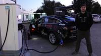 Chorvatští dobrodruzi se vypravili na závod Budapešť-Bamako v Tesle Model X. Stali se prvními, kdo překonal Saharu v elektromobilu