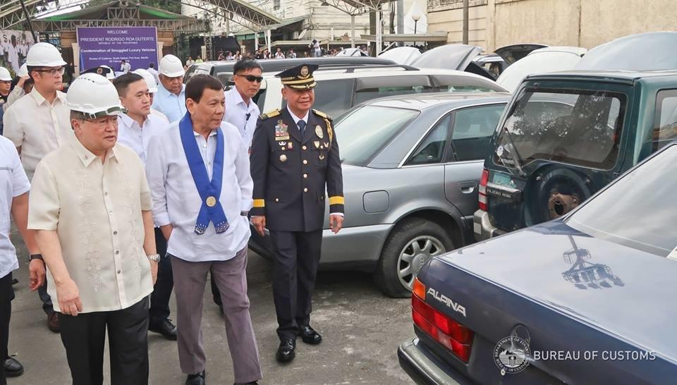 """Filipínské úřady zlikvidovaly 30 """"luxusních"""" automobilů"""
