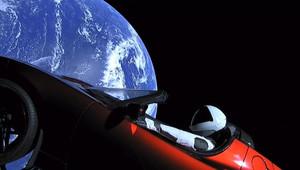 Tesla Roadster se Starmanem poprvé obletěl Slunce! - anotační obrázek