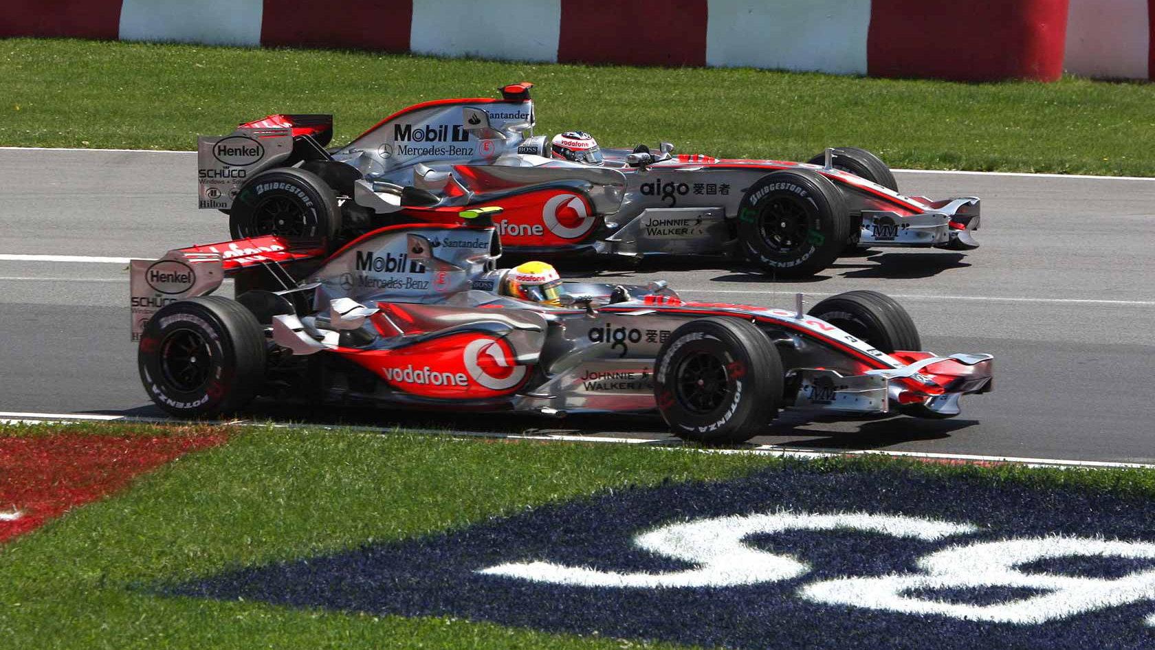 Lewis Hamilton v souboji se svým týmovým kolegou Fernandem Alonsem