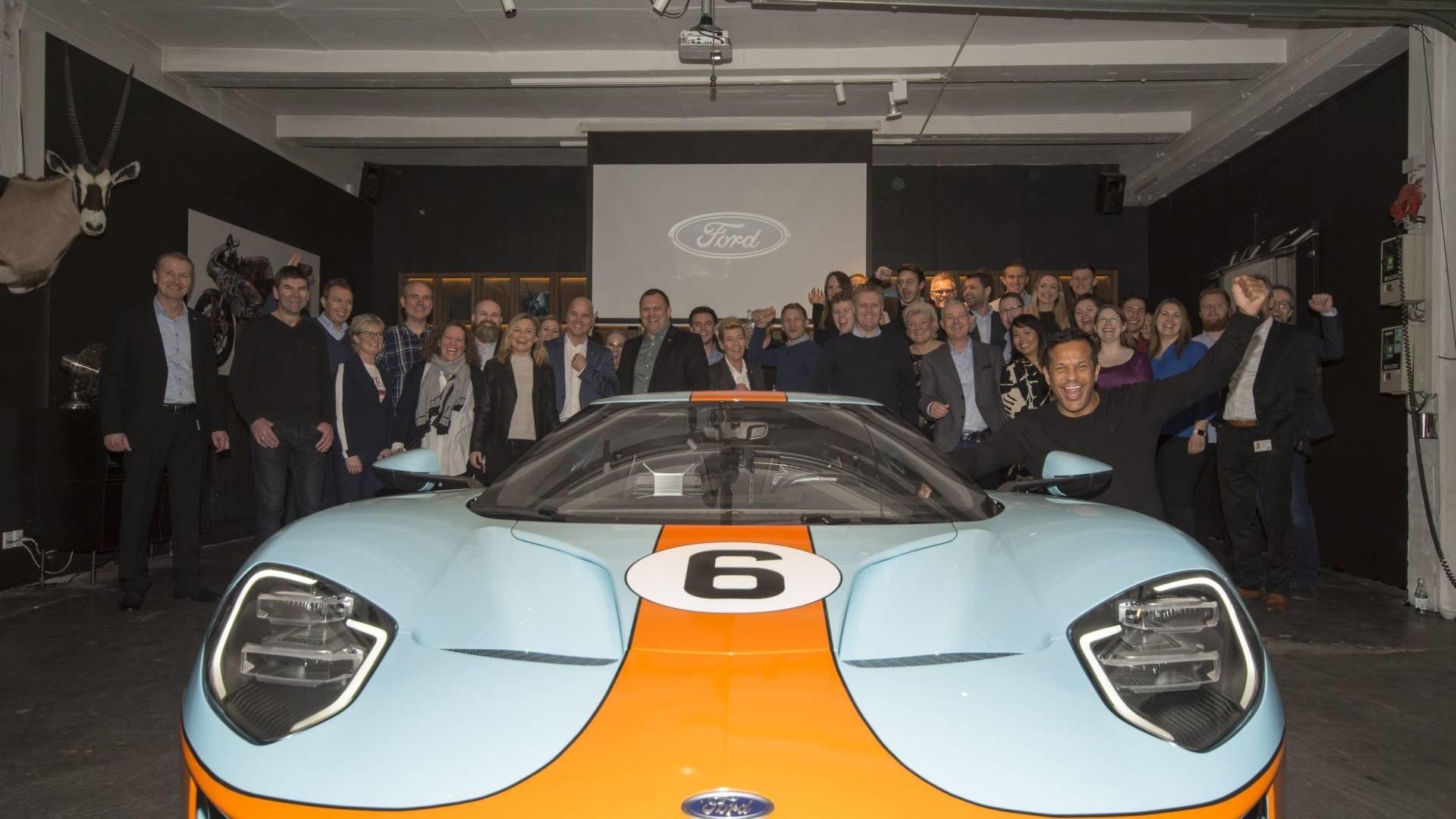 Předávání jednoho z prvních Fordu GT na evropském kontinentu