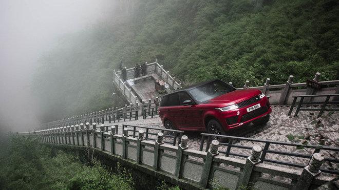Range Rover Sport P400e během zdolávání tzv.