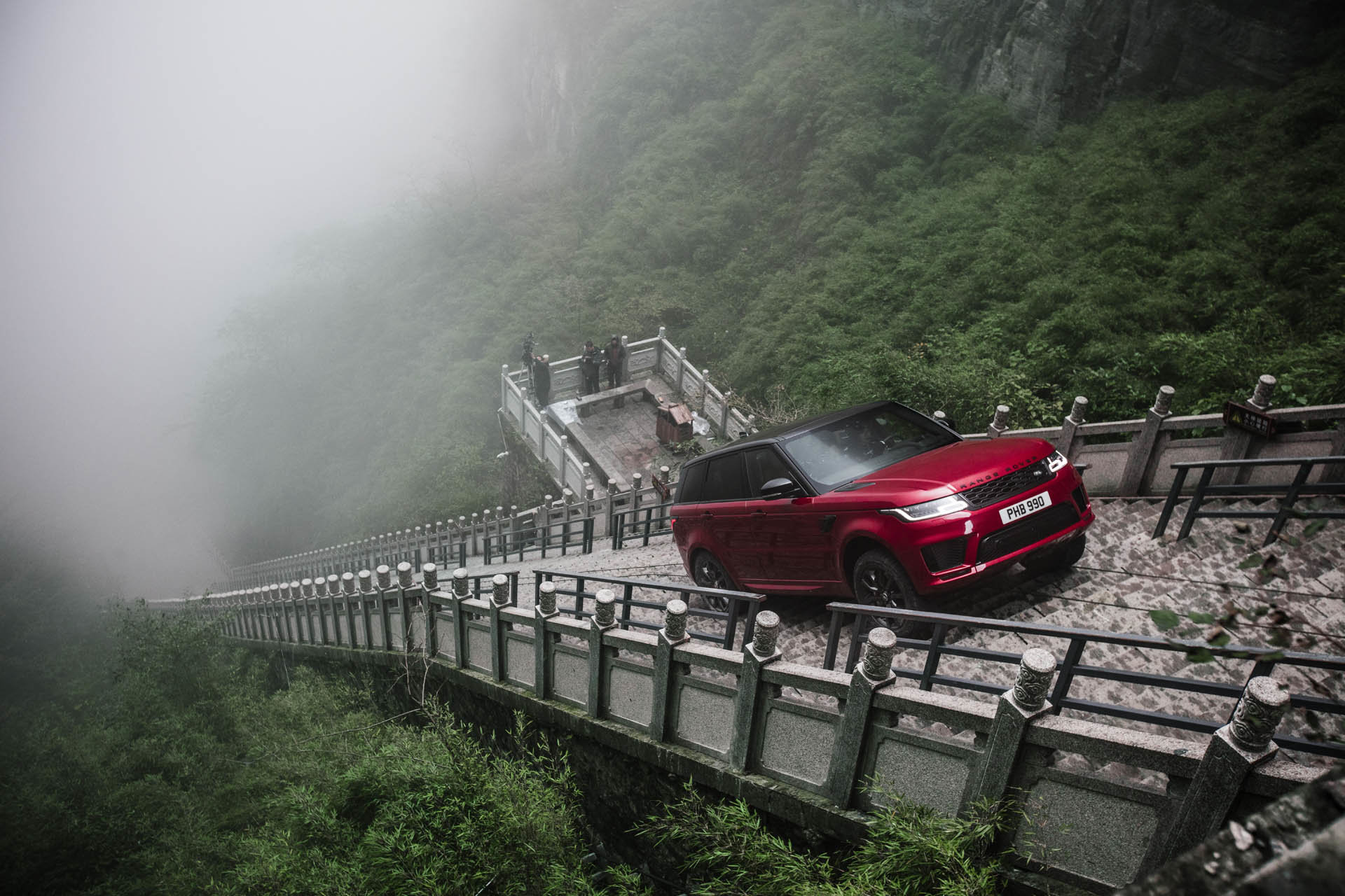 """Range Rover Sport P400e během zdolávání tzv. """"Dragon Challenge"""""""