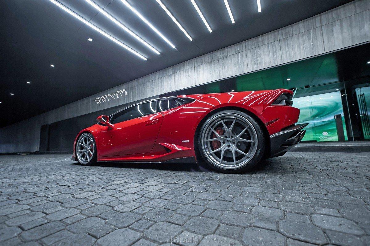 Lamborghini Huracán v barvě Rosso Corsa na kolech Strasse Wheels vypadá jednoduše famózně