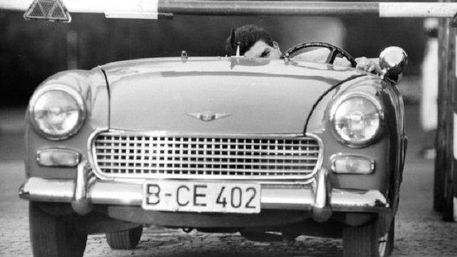 Heinz Meixner dostal v půjčeném Austin-Healey Sprite do západního Berlína svou snoubenku i budoucí tchyni