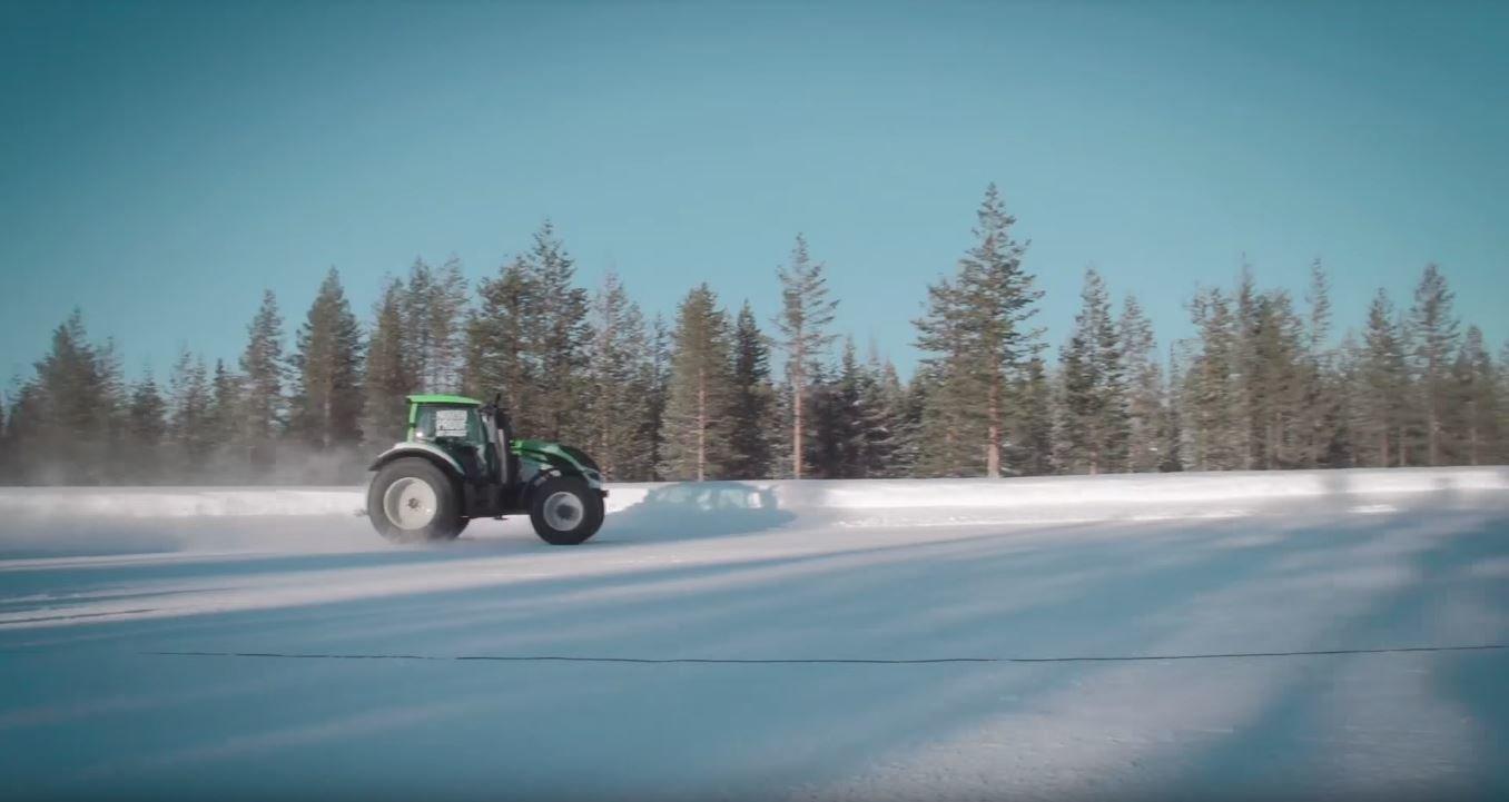 Traktor Valtra T234 během zdolávání rychlostního rekordu