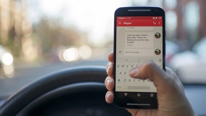 Telefonování za volantem se může řidičům pořádně prodražit
