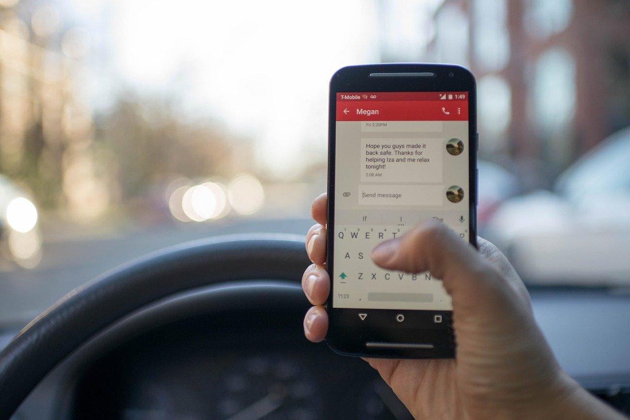 Poslanci vyzývají k zákazu hands-free volání během řízení - anotační obrázek