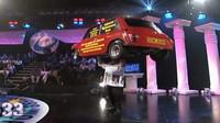 Nejdelší balancování s autem na hlavě? John Evans zvládl udržet 160 kg vážící Mini 33 sekund