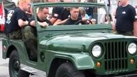 Kanadští vojáci dokáží rozebrat klasický Jeep Willys během minuty