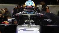 Daniel Ricciardo usedá do vozu vybaveného ochranou kokpitu Halo