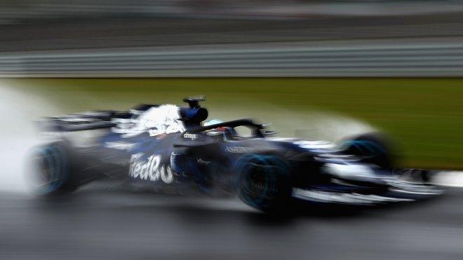 Nový Red Bull v přechodném zbarvení na okruhu v Silverstone