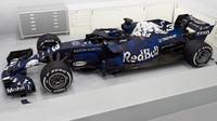 FOTO: Red Bull představuje svůj první vůz po spojení s Aston Martinem: RB14 - anotační foto