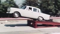 První řidičský průkaz a raketová auta narážející do zdi? Mercedes-Benz odhaluje tajemství minulosti - anotační foto