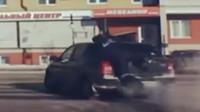 Ruský policista si zahrál na Terminátora a probojoval se do ujíždějícího vozu