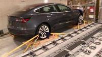 Elektromobily Tesla Model 3 upevněné v letadle během stěhování z USA do Evropy, kde je konkurenční automobilky studovaly