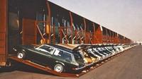 Automobily značky Chevrolet během nakládání na vagony Vert-A-Pac