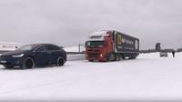 Tesla Model X opět ukázala svaly. Odtáhnout 43-tunový kamion na sněhu pro ni nebyl problém - anotační foto