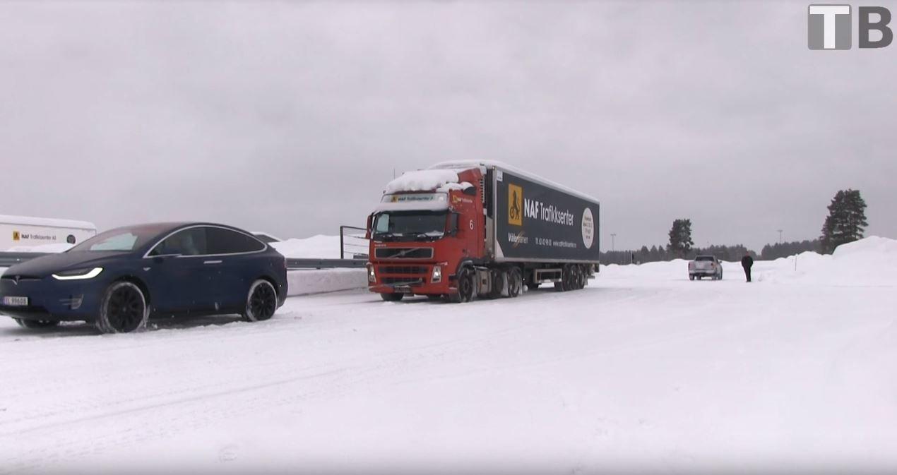 Tesla Model X si dokázala poradit i s kamionem vážícím 43 tun