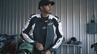 VIDEO: Hamilton si zahrává s MotoGP.