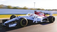 Charles Leclerc s novým Sauberem C37 poprvé na trati