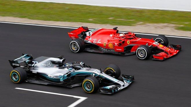 Mercedes během testů v Barceloně na rovince po boku Ferrari