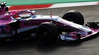 Esteban Ocon při prvních předsezonních testech v Barceloně