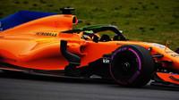 Stoffel Vandoorne s McLarenem MCL33 druhý den předsezónních testů v Barceloně