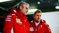 Maurizio Arrivabene a Sebastian Vettel v Barceloně